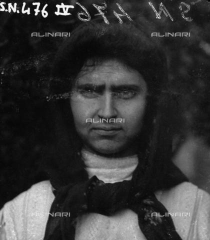 MFA-S-0SN476-00IV - Portrait of a woman wearing a headscarf - Data dello scatto: 1900 ca. - Archivi Alinari, Firenze