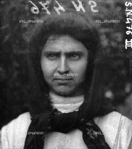 MFA-S-0SN476-0III - Portrait of a woman wearing a headscarf - Data dello scatto: 1900 ca. - Archivi Alinari, Firenze