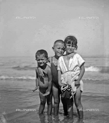MFA-S-0SN501-000S - Portrait of a Three children at seaside - Data dello scatto: 1900 ca. - Archivi Alinari, Firenze