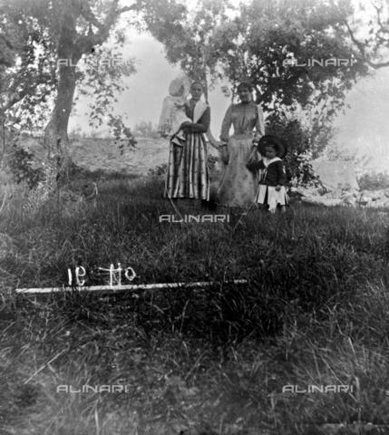 MFA-S-0SN578-000S - Two women and two children in the countryside - Data dello scatto: 1900 ca. - Archivi Alinari, Firenze
