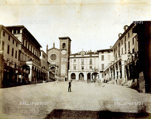 MFC-A-003188-0028 - Piazza Vittorio Emanuele II in Moncalieri. The square is flanked by terraced porticoes. In the background the Church of Santa Maria della Scala - Data dello scatto: 1874-1877 ca. - Archivi Alinari, Firenze