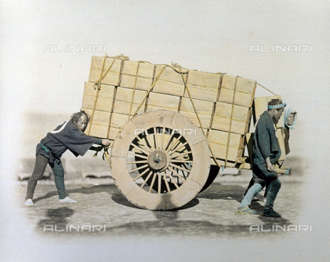 MFC-A-004626-0004 - Portrait of three japanese carters. Two of the three men are at the head of a wagon and are pulling it while the third is pushing from behind. The wagon is full of large bundles - Data dello scatto: 1863-1868 ca. - Archivi Alinari, Firenze