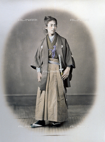 MFC-A-004626-0007 - Full-length portrait of a young japanese prince. He is wearing elegant tradtional clothing and a katana, attribute of samurai nobles, on his left side - Data dello scatto: 1863-1868 ca. - Archivi Alinari, Firenze