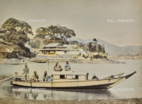 MFC-A-004626-0011 - Group of japanese men on a semi-covered boat, used as a house and as a ferry. In the background a typical japanese house - Data dello scatto: 1863-1868 ca. - Archivi Alinari, Firenze