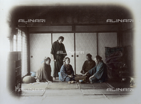 MFC-A-004626-0012 - Scene of japanese life. Inside a tea house, a man and a women in traditional dress, seated on the ground, are playing checkers. Around them three other people are watching - Data dello scatto: 1863-1868 ca. - Archivi Alinari, Firenze