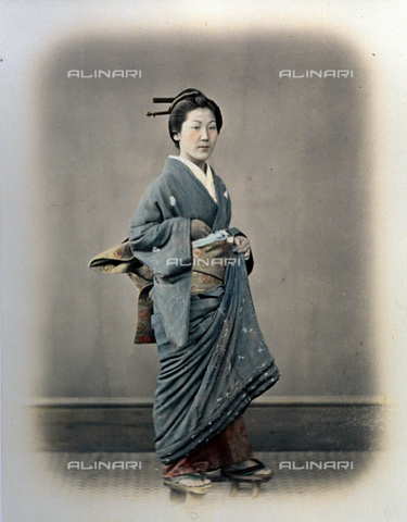 MFC-A-004626-0019 - Full-length portrait of a young japanese lady. She is wearing a kimono with a precious embroidered obi and traditional high clogs - Data dello scatto: 1863-1868 ca. - Archivi Alinari, Firenze
