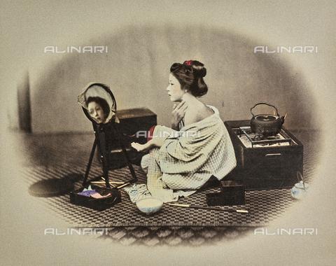 MFC-A-004626-0021 - Ritratto di giovane donna giapponese intenta a truccarsi