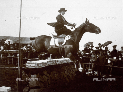 MFC-A-004638-0086 - Portrait of a horseback rider with her horse during a steeplechase. In the background the spectators
