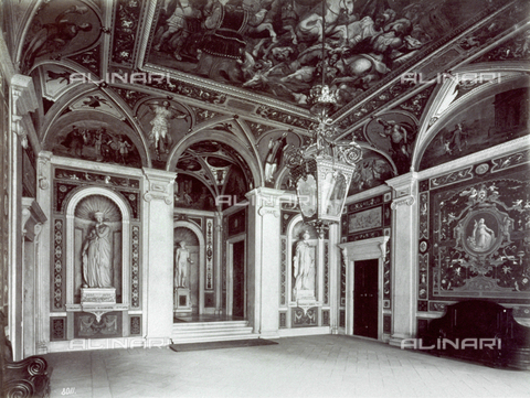 MFC-A-004642-0005 - The atrium of Palazzo Pallavicini in Genoa. The room is completely frescoed and decorated with stuccoes and statues. In The foreground a large lantern - Data dello scatto: 1870-1880 ca. - Archivi Alinari, Firenze