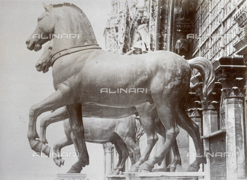 MFC-A-004666-0017 - The famous gilded bronze horses on the facade of the Basilica of San Marco seen from the side. They are now in the Museum of San Marco in Venice - Data dello scatto: 1870-1874 ca. - Archivi Alinari, Firenze
