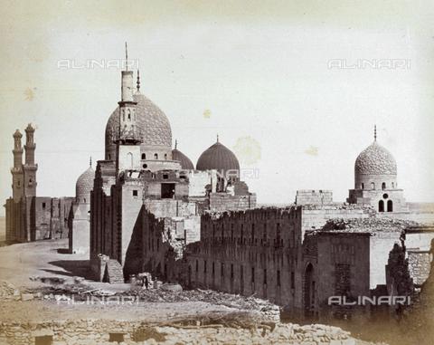 MFC-A-004677-0017 - Veduta del Mausoleo dei Califfi Abbasidi al Cairo - Data dello scatto: 1870-1880 ca. - Raccolte Museali Fratelli Alinari (RMFA)-collezione Malandrini, Firenze
