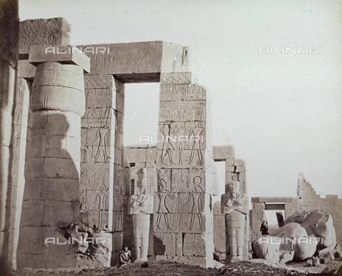 MFC-A-004677-0031 - Interno del Ramesseum, il tempio funerario del faraone Ramesse II a Tebe - Data dello scatto: 1870-1880 ca. - Raccolte Museali Fratelli Alinari (RMFA)-collezione Malandrini, Firenze