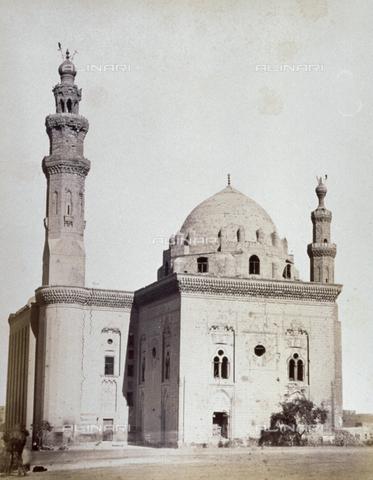MFC-A-004677-0045 - Veduta dell'imponente madrasa del sultano Hasan al Cairo - Data dello scatto: 1870-1880 ca. - Raccolte Museali Fratelli Alinari (RMFA)-collezione Malandrini, Firenze