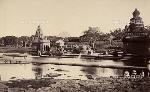 MFC-A-004678-0030 - Tempietti lungo il fiume e la strada per Mahakaleshwar, in India - Data dello scatto: 1863-1870 ca. - Archivi Alinari, Firenze