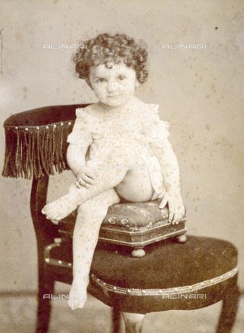 MFC-F-000292-0000 - Ritratto di bambina in posa seduta su una sedia - Data dello scatto: 1900 ca. - Archivi Alinari, Firenze