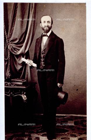 MFC-F-000369-0000 - Ritratto di uomo in abiti eleganti con un cappello in mano. L'uomo è il Professor Kraus - Data dello scatto: 1865-1872 - Raccolte Museali Fratelli Alinari (RMFA)-collezione Malandrini, Firenze