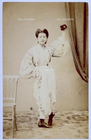 MFC-F-000376-0000 - Ritratto a figura intera di fanciulla in maschera - Data dello scatto: 1865-1872 - Raccolte Museali Fratelli Alinari (RMFA)-collezione Malandrini, Firenze