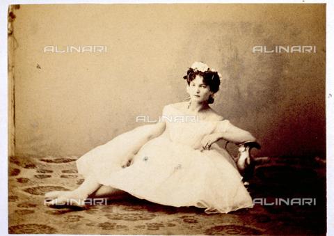 MFC-F-000378-0000 - Ritratto a figura intera di giovane ballerina in abiti di scena, seduta per terra - Data dello scatto: 1865 -1872 - Raccolte Museali Fratelli Alinari (RMFA)-collezione Malandrini, Firenze