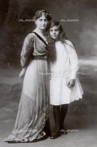 MFC-F-000407-0000 - Madre e figlia in posa per il fotografo - Data dello scatto: 1900 ca. - Archivi Alinari, Firenze