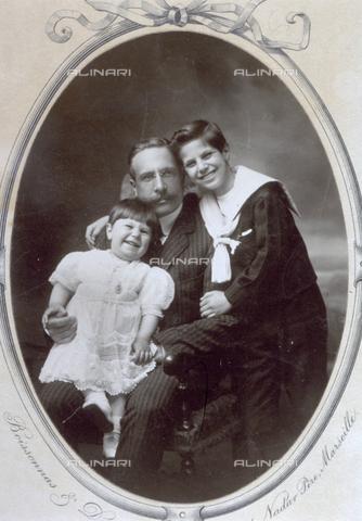 MFC-F-000408-0000 - Un padre con i suoi due figli - Data dello scatto: 1900 ca. - Archivi Alinari, Firenze