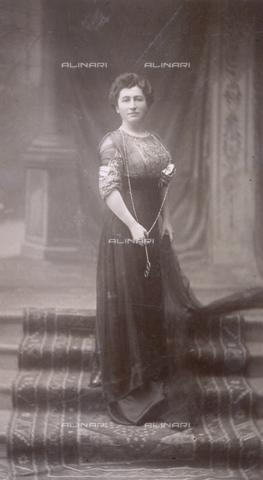 MFC-F-000439-0000 - Signora con occhiali da vista in mano - Data dello scatto: 1900 ca. - Archivi Alinari, Firenze