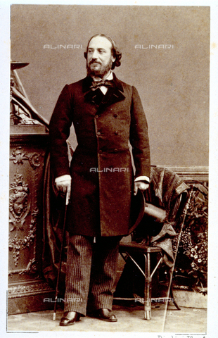 MFC-F-000979-0000 - Full-length portrait of a man in day dress with a top hat and cane - Data dello scatto: 1854-1860 ca. - Archivi Alinari, Firenze