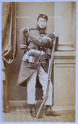 MFC-F-001326-0000 - Full-length portrait of a soldier in field uniform; he has a back pack, a flask and he is leaning on a rifle - Data dello scatto: 1860-1870 ca. - Archivi Alinari, Firenze