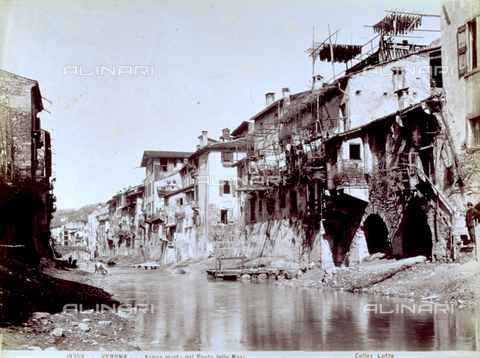 MFC-F-001440-0000 - A course of stagnant water in Verona, onto which numerous houses in bad condition are looking. The shot was taken from 'Ponte delle Navi' - Data dello scatto: 1880-1890 ca. - Archivi Alinari, Firenze