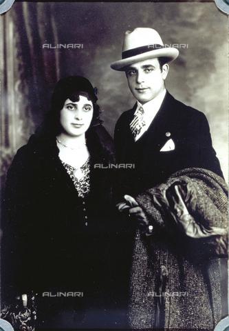 MFC-F-001444-0000 - Ritratto di giovane coppia in abiti eleganti. L'uomo indossa un borsalino e tiene su un braccio il cappotto - Data dello scatto: 1920-1930 ca. - Archivi Alinari, Firenze
