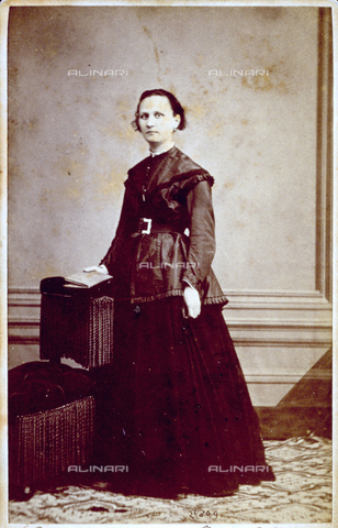 MFC-F-001447-0000 - Portrait of signora Giuseppa Ballati, standing, leaning on a small armchair, with a book in hand - Data dello scatto: 1860-1870 ca. - Archivi Alinari, Firenze