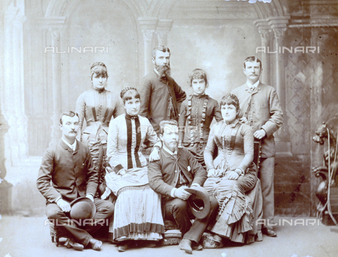 MFC-F-001602-0000 - Group portrait of elegantly dressed young men and women - Data dello scatto: 1880 ca. - Archivi Alinari, Firenze