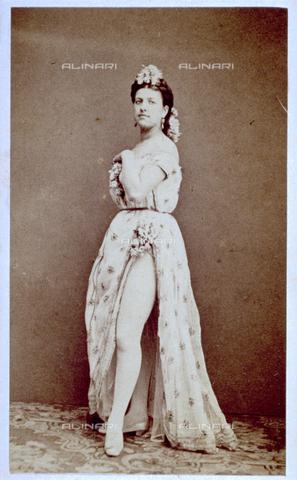 MFC-F-001623-0000 - Ritratto di giovane donna in costume da ballerina. L'abito, aperto davanti, le scopre una gamba - Data dello scatto: 1870 ca. - Archivi Alinari, Firenze