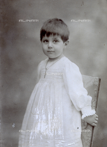 MFC-F-001625-0000 - Three-quarter-length portrait of a little boy: he is wearing a white suit and a small chain with cross - Data dello scatto: 1900-1910 ca. - Archivi Alinari, Firenze