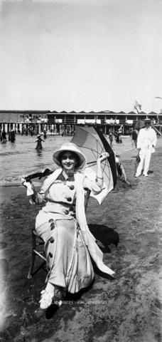 MFC-F-001734-0000 - Giovane donna in spiaggia a Viareggio - Data dello scatto: 1910 ca. - Archivi Alinari, Firenze