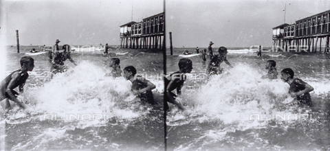 MFC-F-001736-0000 - Group of adolescents playing in the sea - Date of photography: 1900-1910 ca. - Fratelli Alinari Museum Collections-Malandrini Collection, Florence