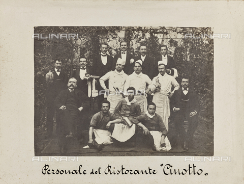 """MFC-F-001745-0000 - Group portrait of the cooks and waiters of the restaurant """"Cinotto"""" in Turin - Date of photography: 1900 ca. - Fratelli Alinari Museum Collections-Malandrini Collection, Florence"""