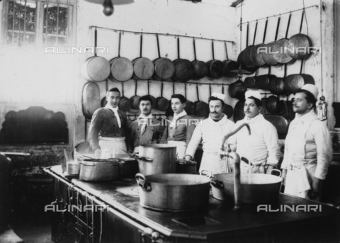 MFC-F-001746-0000 - Group portrait of the cooks and waiters of the restaurant 'Cinotto' in Turin, taken in the kitchen - Date of photography: 1900 ca. - Fratelli Alinari Museum Collections-Malandrini Collection, Florence