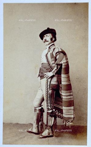 MFC-F-002125-0000 - Ritratto a figura intera di uomo in abbigliamento da torero messicano, con fascia in vita e poncho - Data dello scatto: 1860-1865 ca. - Archivi Alinari, Firenze
