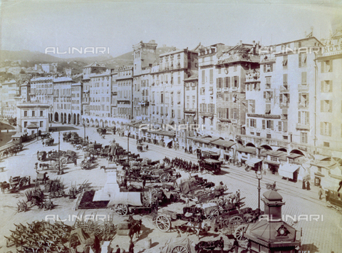 MFC-F-002236-0000 - Piazza Caricamento, in Genoa, with numerous wagons and barrows waiting in the square - Data dello scatto: 1880-1890 ca. - Archivi Alinari, Firenze
