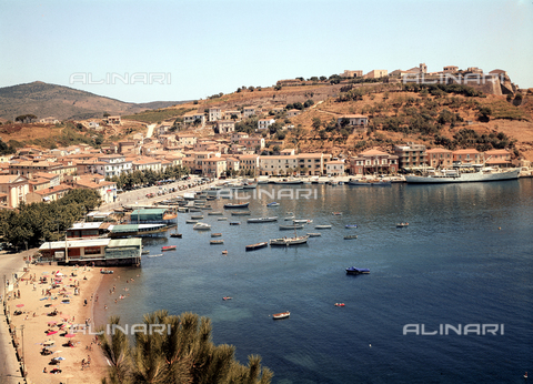 MFC-F-003045-0000 - View of the town and beach of Porto Azzurro, on the island of Elba - Date of photography: 1950-1960 ca. - Fratelli Alinari Museum Collections-Malandrini Collection, Florence