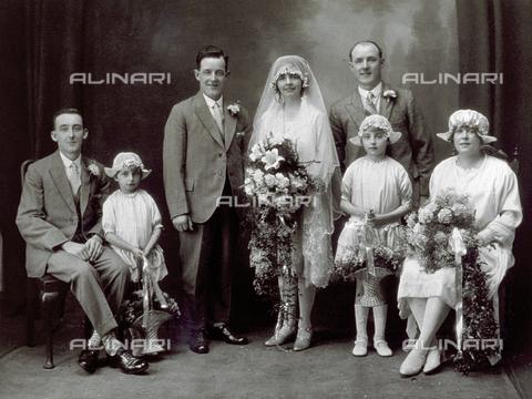 MFC-F-004238-0000 - Ritratto di una coppia di sposi attorniati da alcuni invitati nel giorno delle nozze - Data dello scatto: 1920-1925 ca. - Archivi Alinari, Firenze