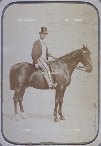 MFC-F-004460-0000 - Ritratto a cavallo di Vieri Canigiani. L'animale è posto di profilo, l'uomo, indossa abiti sportivi, completati da una tuba - Data dello scatto: 1870 - Raccolte Museali Fratelli Alinari (RMFA)-collezione Malandrini, Firenze