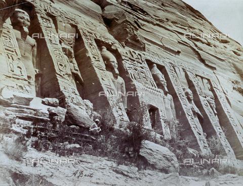 MFC-S-000450-0001 - Veduta di una parte del piccolo tempio di Abu Simbel con statue colossali - Data dello scatto: 1870-1880 - Raccolte Museali Fratelli Alinari (RMFA)-collezione Malandrini, Firenze