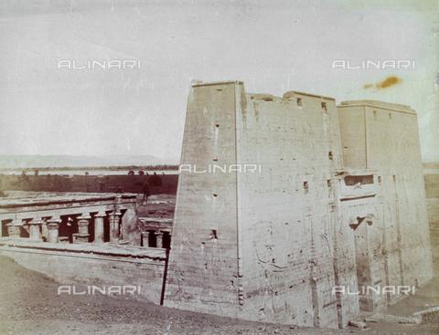 MFC-S-000450-0005 - Veduta del Tempio di Horus ad Edfou - Data dello scatto: 1870-1880 - Raccolte Museali Fratelli Alinari (RMFA)-collezione Malandrini, Firenze