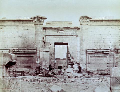 MFC-S-000450-0013 - Veduta di una porta del Tempio di Medinet Habou a Tebe - Data dello scatto: 1870-1880 - Raccolte Museali Fratelli Alinari (RMFA)-collezione Malandrini, Firenze