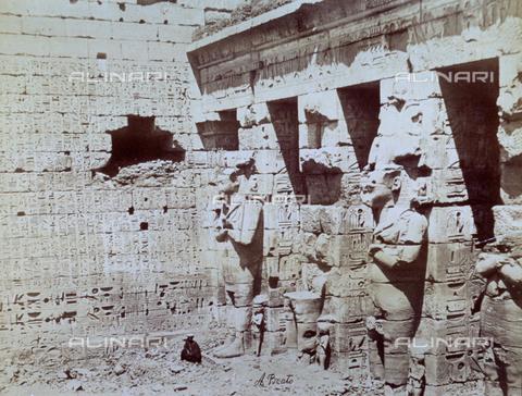 MFC-S-000450-0015 - Veduta di una corte del Tempio di Medinet Habou a Tebe - Data dello scatto: 1870-1880 - Raccolte Museali Fratelli Alinari (RMFA)-collezione Malandrini, Firenze