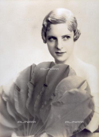 MFC-S-001590-0004 - Ritratto a mezzobusto di giovane donna che tiene in mano un ventaglio di notevoli dimensioni, a forma di foglie - Data dello scatto: 1920-1930 ca. - Archivi Alinari, Firenze