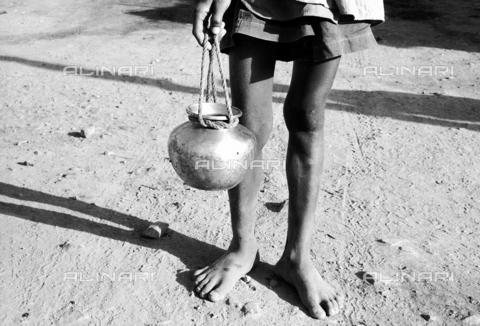MFV-F-I00027-0000 - Gambe di ragazzo, dintorni di Jhansi - Data dello scatto: 1960 ca. - Fosco Maraini/Proprietà Gabinetto Vieusseux©Fratelli Alinari