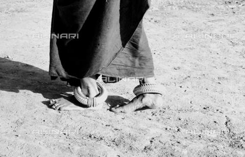 MFV-F-I00028-0000 - Piedi di donna, dintorni di Jhansi - Data dello scatto: 1960 ca. - Fosco Maraini/Proprietà Gabinetto Vieusseux©Fratelli Alinari