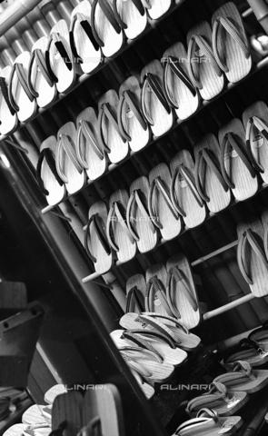 MFV-F-JBN229-0000 - Kyoto: negozio di  sandali in legno (gheta) - Data dello scatto: 1953 ca. - Fosco Maraini/Proprietà Gabinetto Vieusseux©Fratelli Alinari